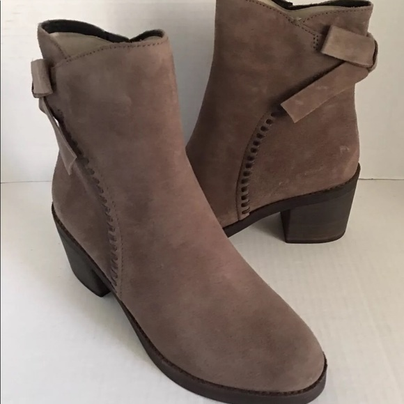 f2a8a575e7f New UGG Women Fraise Whipstitch Bow Leather Boot. NWT